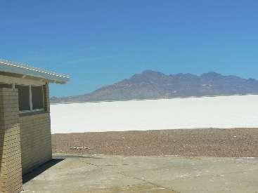 wlc11-scenic-toilet-day0-1-salt-flat1.jpg (235938 bytes)