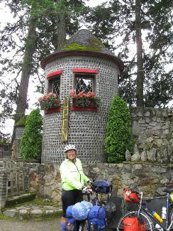 wselkirk-bike-day3-8  Cheryl, glass house.jpg (325210 bytes)