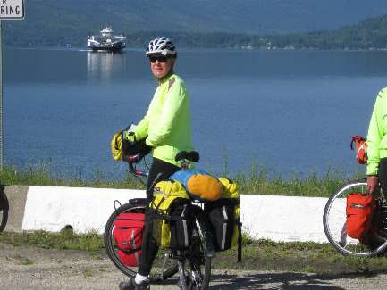 wselkirk-bike-day4-1  here comes the Ferry.jpg (295665 bytes)