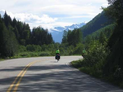 wselkirk-bike-day4-24 approaching New Denver.jpg (231724 bytes)