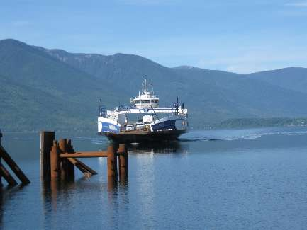 wselkirk-bike-day4-3  here comes the Ferry.jpg (204147 bytes)