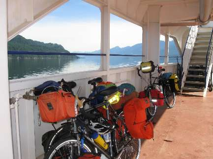 wselkirk-bike-day4-7 on the Ferry.jpg (256387 bytes)