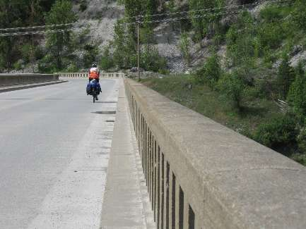 wselkirk-bike-day8-12 crossing into Metaline.jpg (354165 bytes)