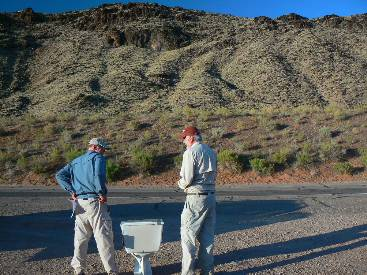 wzion2012-scenic-toilet-4  Dave and Keith crowd roadside toilet.jpg (505909 bytes)